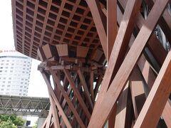 これが最近の金沢ガイドでよく見る堤門ですかぁ。 思った以上に大きいですね。 古建築の持ってる重厚さみたいなのも感じさせてくれますね。 シンプルに木組みで見せて細かく凝らなかったのが結果的に良かった気がします。 屋根の排水施設をこう言う感じにするアイデアはいいと思います。