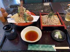天ざるそばを注文しました。 なんか、天ぷらが彩りが凄くて、今までに見たことない具もある…。