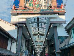 週末などの昼間は賑わっている、大手門通り商店街も、こんな感じで閑散としてます。