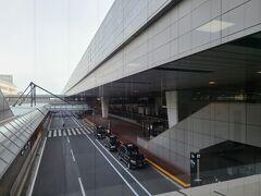 8:35のジェットスターで向かう為、6時に愛犬を空港近くのペットホテルへお願いし、空港には6時30分頃着きました。 予約時は6時台のフライトでしたが、欠航になりました。  以前だったら混んでいた第2ターミナルもガラガラです。 シャトルバスで第3ターミナルへ向かいました。
