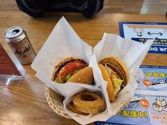 自動チェックイン機でチェックインし、朝食をとる事に。 7時過ぎで開いているお店は少なく、フレッシュネスバーガーでハンバーガーとオニオンフライ。 ローソンでビールを調達しました。