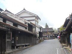 郷土館の前に片山家本家があります。 白い大きな蔵が印象的です。