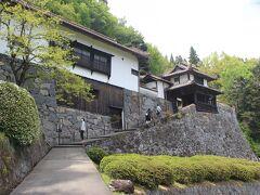 吹屋の町から4キロほど離れたところにある広兼邸。 このあたり一帯の庄屋だった人のお屋敷です。 見事な石垣で、小大名の陣屋よりも立派なお城のようです。