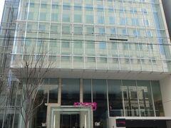 こちらが3日目に宿泊予定の  Moxyホテル  普通のビルみたい・・・  荷物を預かってもらうようにお願いして  待ち合わせの梅田へ