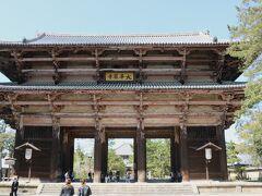 「東大寺南大門」 東大寺は、なんと中学3年生の修学旅行以来(笑) 私はその時に初めて関西を訪れました。  修学旅行は4月に行く予定が、当時の国鉄ストのために7月に延期。 新潟県からは、片道は北陸周りの特急で、もう片道は上越新幹線がまだない時代で、上越線と東海道新幹線でした。 昭和の時代の話です(苦笑)