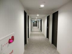 神戸元町東急REIホテルの中  天井の低い廊下ですが 明るいすっきりした感じ