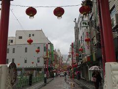 【南京南路】  ホテルの横の南側の道が 南京町の南京南路   あれっ 朝早すぎるのか  何だか静か