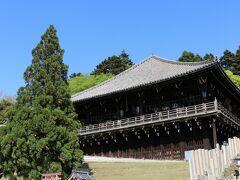 「二月堂」へ向かいます。 左の小さな神社は「興成神社(おきなりじんじゃ)」で、東大寺二月堂をお守りする鎮守神のうちの一つです。