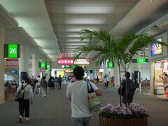 那覇空港到着 40年前の記憶はあまりありませんが、新しく広くなっています 流石に国内線幹線空港だけあって、大きいターミナル 外へ出てもちょっとした海外感があります  タクシーで宿泊するハイアットリージェンシー沖縄那覇まで約10分強 1530円でした