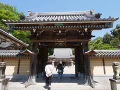 それがこちらのお寺、瀧安寺。 鳥居をくぐってお寺に行くというのがちょっと不思議。 箕面の滝に真っすぐ向かう人がほとんどでお寺に立ち寄る人は少ない。