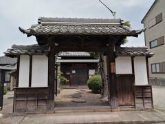 本陣跡にある古い門。なんと江戸時代のものらしい。