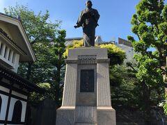 赤穂浪士で有名な大石内蔵助の銅像。青空に映えます。