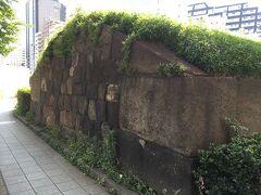 田町駅方面に戻っていくと、通りに石垣を発見。