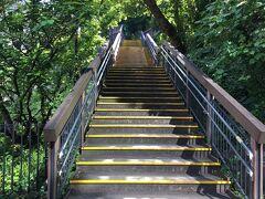 御田八幡神社を出ると、亀塚公園に続く階段があります。