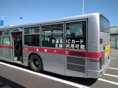 空港から乗るバスはこちらの路線バス。五稜郭の方に直通するバスです。もちろん共通一日券が使えます。