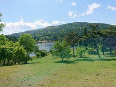 聖湖畔公園という芝生の公園の東屋でもう一度休憩し、聖高原を離れます。  釣り人が多い。 ボートも楽しそう。