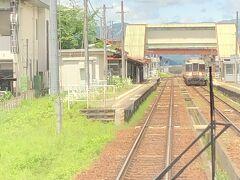 飛騨国府駅で列車行き違い。正面から見られるのがいいね。