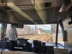 高山駅から乗車した富山駅行きのワイドビューひだ。座席を列車の前か後ろを指定したら、グリーン席しかも最前列で運転手側ではない。完全パノラマビューだ。