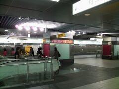 西子湾行きに乗り10分ほどで美麗島駅に到着。紅線に乗り換えます。