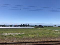 越中中村駅付近。あいの風とやま鉄道との並走区間。遠く日本海が見える。
