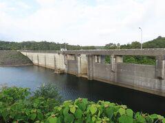 なかなか端正なダムです。ダムの上が道路になっていて、超えていけば国道58号に出るルートです。