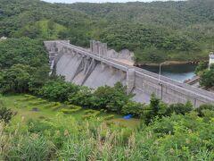 残念ながらその後はヤンバルクイナに遭遇することもなく、ダム巡りになりました。普久川ダムです。普久川と書いてフンガーと読みます。ダム湖の名前はフンガー湖といいます。