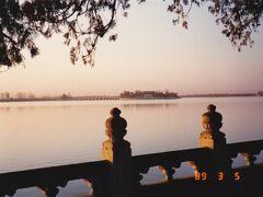 昆明湖に浮かぶ南湖島と十七孔橋遠景