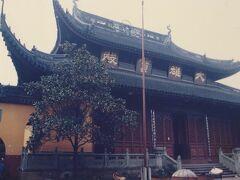 上海最大の禅宗寺院であり、静安寺、龍華寺と並び上海を代表する名刹の一つである。