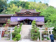 階段を下りたところから見上げてみました。 立派な都久夫須麻神社。