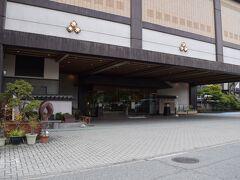駅から旅館までは送迎をお願いしました。 コチラは正面玄関。  かなり大きな旅館です。 この滝の湯がある辺りは旅館が数軒並んでいる。