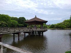 奈良公園内にある浮見堂へ。 博物館の先にあります。 奈良公園って本当に広くて驚きです。