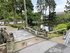 鎌倉市北鎌倉「圓覚寺白鷺池」があります。  以前、右手にある【御菓子司こまき】で緑を眺めながら 甘味をいただきました。  今日のお昼は何を食べようかなー。 国道21号横浜鎌倉線沿いを鎌倉方面に歩きながら お店をチェックしていきます。