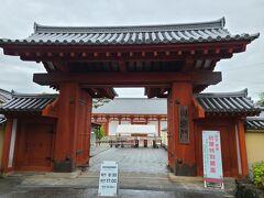 バスを薬師寺バス停で降りると裏側の門から入れます。 朝、8時ちょっとのバスに乗ると、8時半に到着しました。