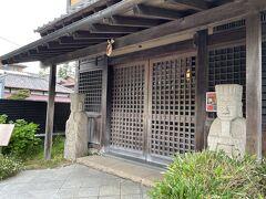鎌倉市北鎌倉【狸穴Cafe】  【マミアナ カフェ】の写真。  左右にある像は?