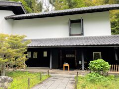 鎌倉市北鎌倉『東慶寺』の「松ヶ岡宝蔵」の写真。  入って右手にショップがあります。