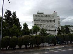 山形県庁の横を通ります。