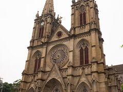石室聖心大聖堂は今回で3回目。 流石に驚きも少なくなってきています。  石室聖心大聖堂はカトリック広州教区で最も荘厳で特色のある大聖堂。この聖堂は1863年着工、25年の時を経て1888年に落成した。聖堂の全部の壁と柱は花崗岩を積み上げて作られているので、石室、聖心大教堂、石室耶穌聖心堂、石室天主教堂の別名がある。