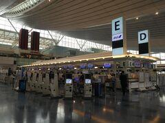 羽田空港第3ターミナル、ANAのチェックインカウンターです。現在チェックイン時にPCRの陰性証明書などのチェックが必要なためモバイルチェックインが出来なくなっています。必ずカウンターでチェックインをする事になっている様で、結構混んでいました。