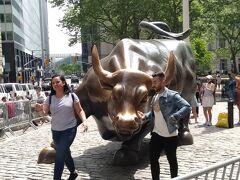 ウオール街のシンボル的な銅像、チャージングブル。 ブルは牛、チャージングとは体当たりとか突撃とかいう意味があるそうです。ウオール街の力強さを表しているのだとか。
