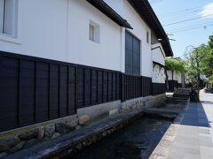 神田橋公園から、瀬戸川用水路沿いに歩いて行く。 しばらくすると、飛騨古川の象徴な風景である白壁の土蔵が建ち並ぶ場所となる。 水路には鯉が泳ぎ、津和野で観たような光景だった。