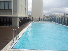 午前中はプールでゆっくりします と言っても、殆どはプールサイドなんですが