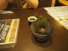 今回の旅、3度目(最後)の夕食は、 やっぱり沖縄料理にしようと言うことに  国際通り牧志駅近くにある「じなんぼう」 突き出しはもずく酢(チャージ400円)