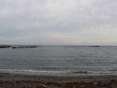 油壺にある荒井浜海水浴場。 天気が悪いのもあるでしょうけど、コロナ禍で土曜日だというのに人が全然いません。 富士山が見えました。