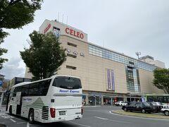 2時間20分かけて甲府駅前に到着しました。 左に写っているのが私が乗ってきたバスです。