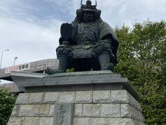 駅前にある武田信玄の像。