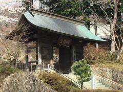藩講所表門 三春藩の藩校であった門がこちらに移植されて、小学校の正門となって残されていました。