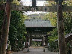橋を渡ってすぐ右の鳥居をくぐり、潮江天満宮にお参りします。