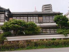 素敵な和風の木造建築は、調べてみると旅館でした。