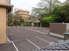 内側はホテルの駐車場です。