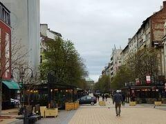 ヴィトシャ通り ソフィアのメインストリートです。正面に見えるのは聖ネデリャ協会です。地下鉄セルディカ駅から、繁華街を歩いてホテルに行きました。